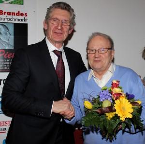 Volkmar Kampe scheidet aus dem Vorstand aus. Corte Harmjanz verabschiedete ihn mit Blumen und dankenden Worten.