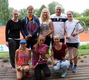 Das Siegerteam: Sandra Warmbold, Tina Troschke, Linda Wilkerling, Trainer Michael Heinz, Madlen lüdtke (oben v.l.); Amy Marscheider, Charlotte Wengriz und Kathrin Tichy 8unten v.l.).